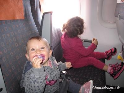 in aereo con bimbi